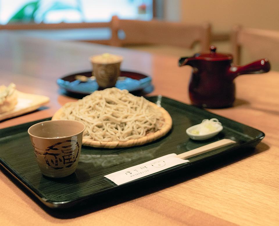 福楽文様の蕎麦猪口に欅材溜塗りの皿